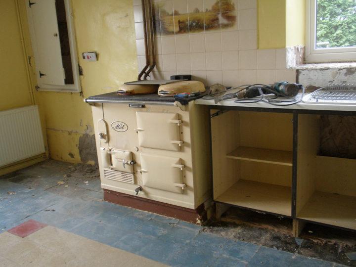 Unsere Küche ist gross und gemütlich  (Englisch eben). Das beste Stück - und wohl auch das Wichtigste- ist der AGA-Ofen. Ein geniales Teil, das mit einiger Übung herrliche Schlemmereien hervorbringt. Temperatur-Regulierung gibt es nicht, es zählt das Fingerspitzengefühl (gegen Verbrennungen hilft eine Salbe und kalte Umschläge!!!) und die Erfahrung!?   Im August 2010 trafen wir die Entscheidung: Wir renovieren die Küche - doch der AGA bleibt!
