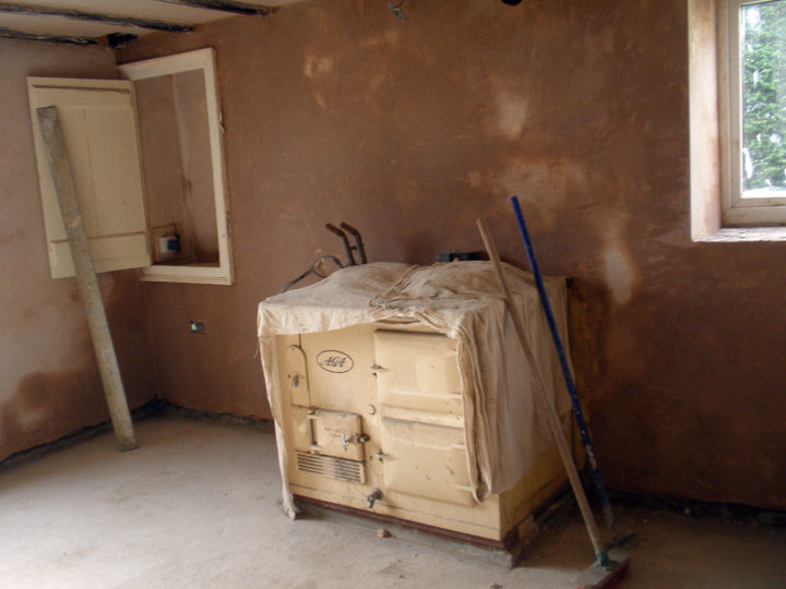 Floor and wall are plastered again and our AGA stands on firm ground. As soon as the walls are dry, the joiner can start with the kitchen!