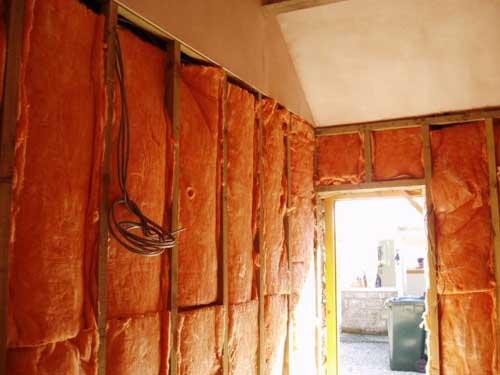 """Wie macht man aus einem Stall einen """"waterproofed utility room""""?  Zuerst müssen alle Böden """"rausgespitzt"""" und neu gegossen werden. Dann kleidet man das Ganze mit Balken ein. Zwischen die Balken wird Isoliermaterial eingefügt und natürlich Anschlüsse und elektrische Leitungen nicht vergessen."""