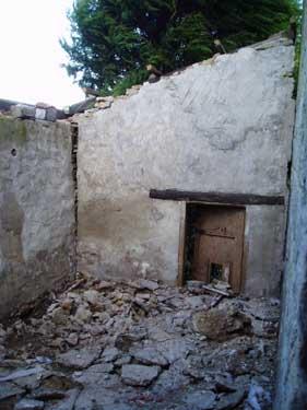 """Damit die untere Ferienwohnung nicht allzu klein wird, haben wir uns entschlossen, den ursprünglich als """"Geissenstall"""" ans Haus angebaute Steinschopf abzureissen und neu in den Originalsteinen wieder als zukünftiges Schlafzimmer aufzubauen."""