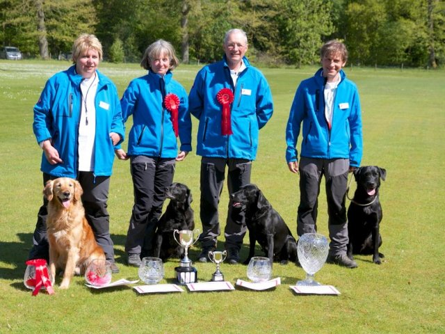 26./27.5.2013: Switzerland wins the Skinner's World Cup Retriever Event at Highclere with J.B., Temba, Tara & Yon. Temba becomes Top Dog and Tara is placed 4th in the individual scores (3 month after her last litter!).